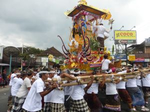 The banjar members carrying the cremation tower actually seemed to be having fun