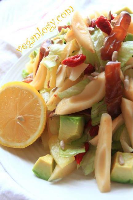 salakgoji-berriesdates-salad